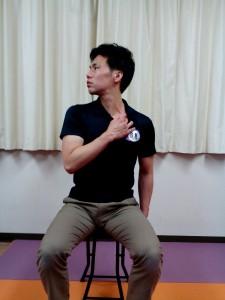 首回旋ストレッチ(鎖骨リンパ)②